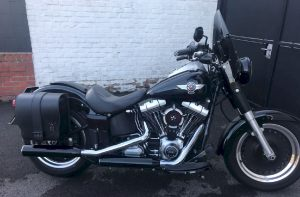 Sacoche SO03 Hawai sur Softail Fatboy (4)